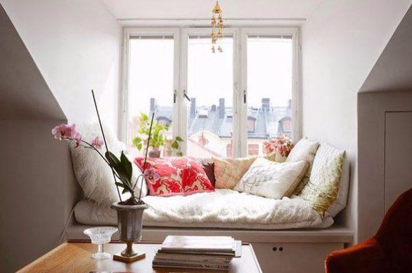 Ablakpárkányból kényelmes pihenő
