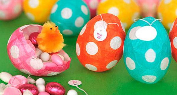 svéti tojások lufiból és papírból.